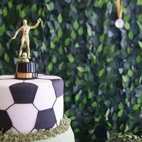 70. Use um troféu no topo do bolo. Fonte: Pinterest