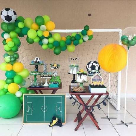 34. Use uma trave de gol para montar a decoração da festa com tema futebol. Fonte: Pinterest