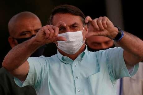 Presidente Jair Bolsonaro gesticula para apoiadores no Palácio da Alvorada, em Brasília 22/07/2020 REUTERS/Adriano Machado