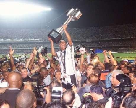 Marcelinho Carioca levanta a taça de campeão do Brasileiro em 1999(Foto: Nelson Almeida/Arquivo LANCE)