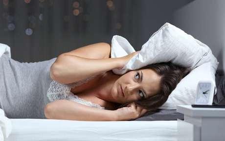 Mulher tentando dormir com barulho