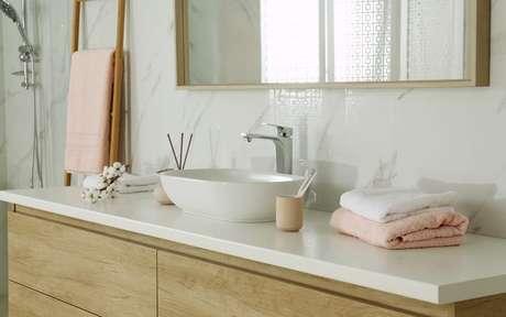 Foto de uma pia de banheiro organizada