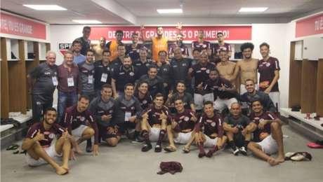 Jogadores da Ferroviária comemoram vitória sobre a Inter de Limeira que garantiu o time na primeira divisão paulista em 2021