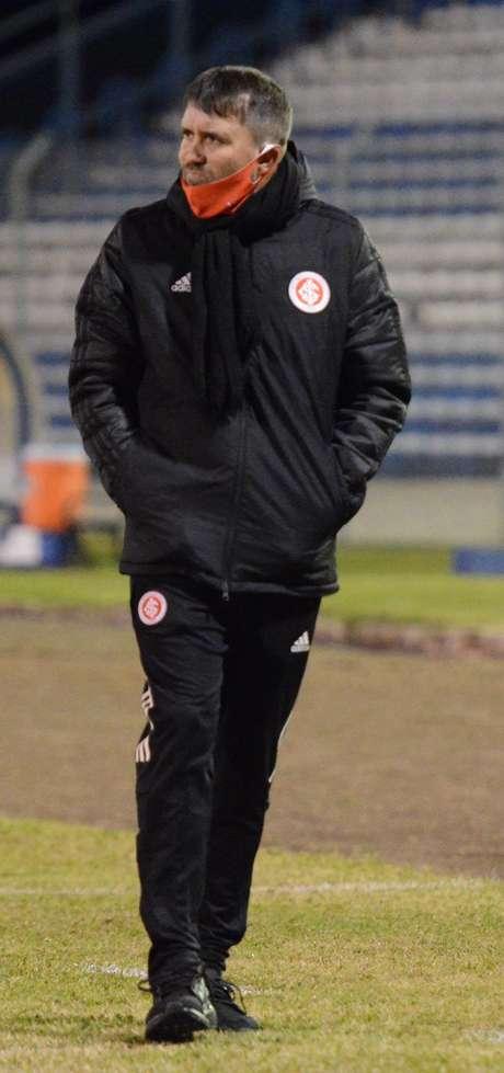 O técnico do Internacional Eduardo Coudet durante o jogo entre Esportivo e Internacional válido pelo Campeonato Gaúcho, na cidade de Bento Gonçalves