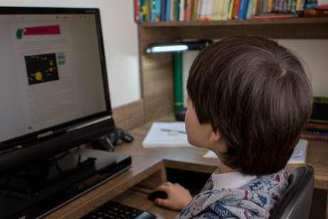 Criança frequenta aulas virtuais durante a pandemia do novo coronavírus