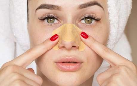 Mulher aplicando máscara no nariz