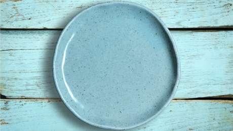 Para minimizar os riscos, coloque os alimentos em um material que não seja plástico, como cerâmica