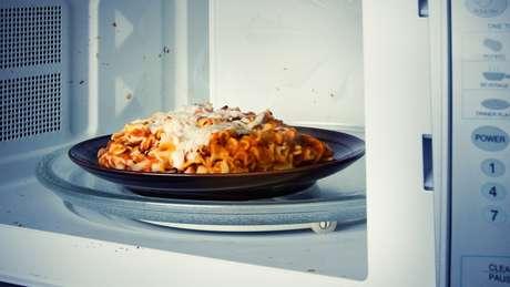 A comida só deve ser esquentada no micro-ondas uma vez