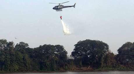Aeronaves do Exército e da FAB reforçam o combate aos incêndios que atingem a região de Corumbá, no Pantanal do Mato Grosso do Sul