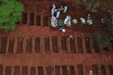 Enterro no cemitério da Vila Formosa, em São Paulo (SP)  16/07/2020 REUTERS/Amanda Perobelli