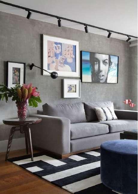 2. Decoração com móveis para sala de estar cinza com parede de cimento queimado e tapete geométrico – Foto: Manual da Obra
