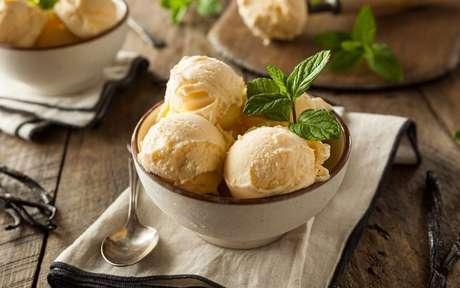 Foto de 3 bolas de sorvete de baunilha em uma taça