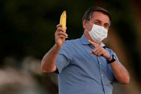 Presidente Jair Bolsonaro segura banana no Palácio da Alvorada 24/07/2020 REUTERS/Adriano Machado