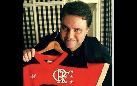 Rodrigo Rodrigues exibe a camisa do Flamengo da geração de Zico (Foto: Divulgação)