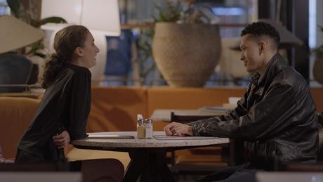 Chloe enfrenta o primeiro date de sua vida.