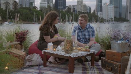 Thomas and Ruth, que já moram juntos, em um encontro romântico.