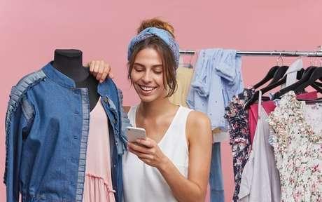 Mulher vendendo roupa pelo celular