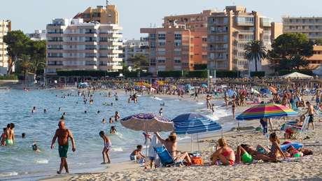 Pessoas na praia na ilha de Maiorca, na Espanha; depois de relaxar regras de quarentena, países viram aumento de casos