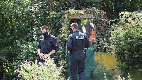 Polícia coleta evidências em terreno em Hanover, na Alemanha