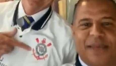 Marcelinho e Bolsonaro gravam vídeo para os corintianos