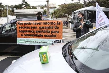 Professores do Estado de São Paulo (APEOESP) organizam uma carreata em defesa da vida contra a volta às aulas