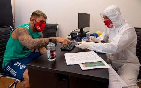 Gabriel Barbosa durante testes para coronavírus no CT do Ninho do Urubu (Foto: Alexandre Vidal/Flamengo)