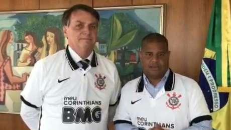 Marcelinho Carioca presenteou Bolsonaro com uma camisa do Corinthians