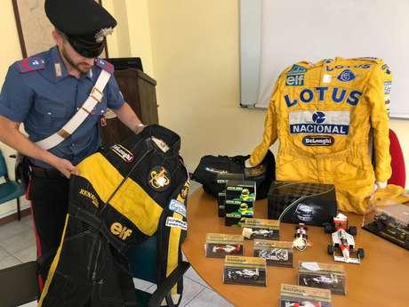 Polícia italiana apresenta itens de colecionador recuperados após furto em 11 de julho