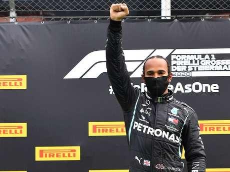 Hamilton ergue o punho cerrado no pódio do GP da Estíria. O inglês venceu e protestou no pódio