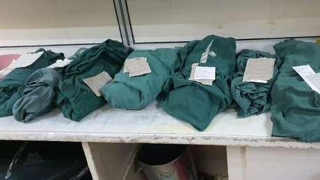 Um médico publicou no Twitter esta foto de corpos de bebês embalados em lençóis verdes