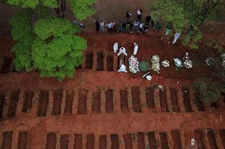 Enterro no cemitério Vila Formosa, em São Paulo 16/07/2020  REUTERS/Amanda Perobelli