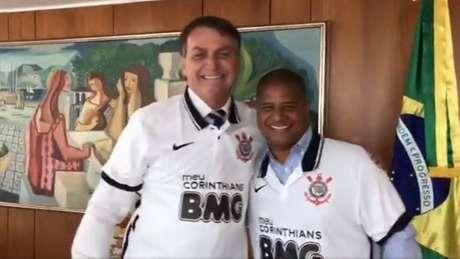 Na quarta, palmeirense Bolsonaro recebeu Marcelinho em Brasília e vestiu camisa do Corinthians (Foto: Reprodução/Facebook)
