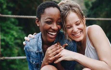 Duas mulheres se abraçando e sorrindo