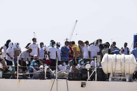 Migrantes que chegaram à Itália via Lampedusa desembarcam em Pozzallo, na Sicília