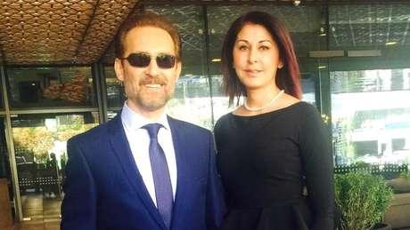 Farhad Darya ao lado da esposa, Sultana; eles vivem nos EUA e se posicionam publicamente pelos direitos das mulheres no Afeganistão