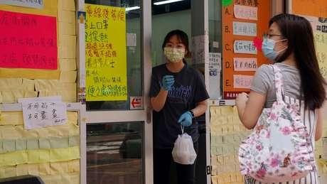 O governo de Hong Kong agora proibiu reuniões de mais de duas pessoas e suspendeu todos os serviços de refeições