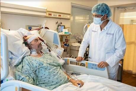 Antes de receber o transplante, Kuhns passou cem dias na UTI ligado a uma máquina de oxigenação por membrana extracorpórea, chamada de ECMO. Crédito: Northwestern Medicine