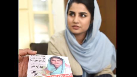 """A parlamentar Maryam Sama se tornou uma voz no legislativo afegão a favor da campanha WhereIsMyName? (""""Onde está meu nome?"""")"""