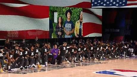 Retomada da NBA tem mensagens políticas em camisas e protesto contra o racismo