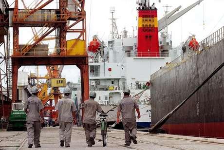 Trabalhadores no porto de Paranaguá (PR)  23/03/2004 REUTERS/Rodolfo Buhrer