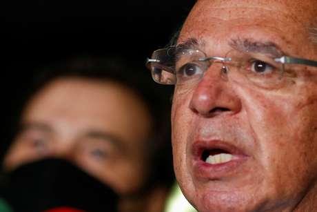 Ministro da Economia, Paulo Guedes, fala à imprensa ao lado do presidente da Câmara, Rodrigo Maia, após reunião para entrega de proposta de reforma tributária 21/07/2020 REUTERS/Adriano Machado