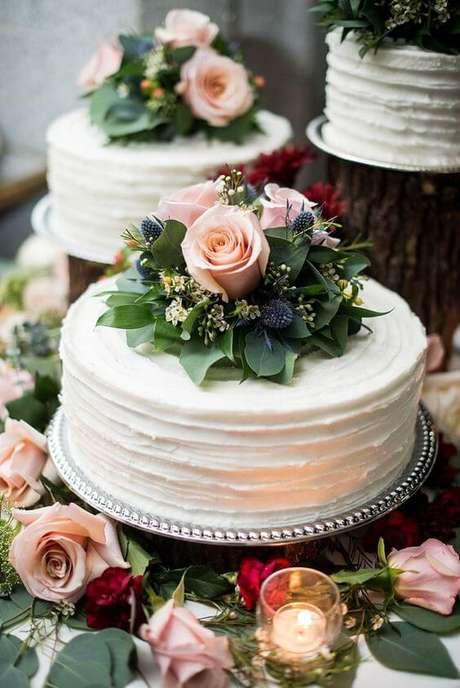 62. Bolo decorado com rosas – Via: Pinterest