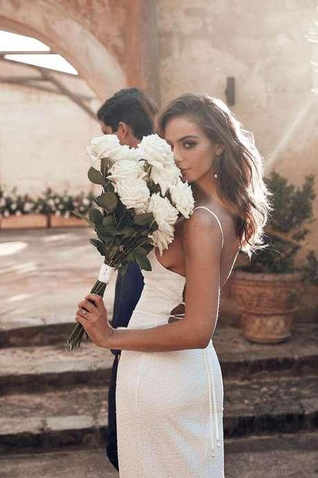 65. Noiva com buquê de rosas brancas – Via: Pinterest