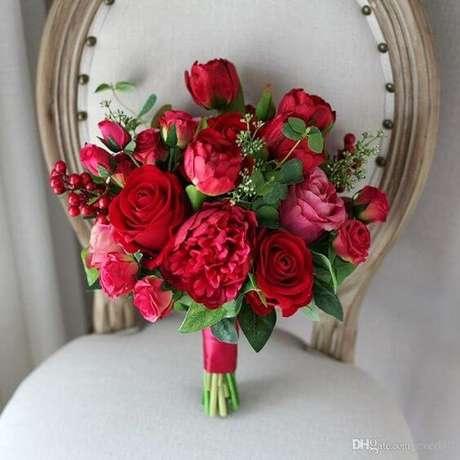 72. Buquê de roosas e cravos em tons de vermelho e rosa – Via: Pinterest