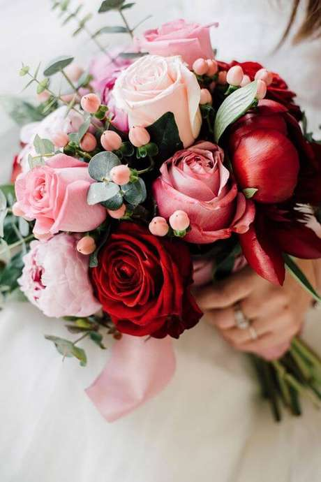 73. Buquê com rosas vermelhas e em tons de rosa – Via: Pinterest