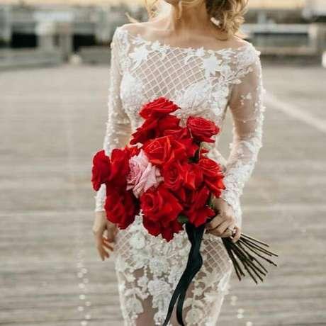 70. Noiva com rosas vermelhas – Via: Pinterest