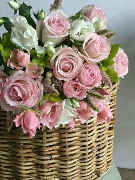 12. cesta com rosas cor-de-rosa, super romântico – Via: Poetisa Carioca