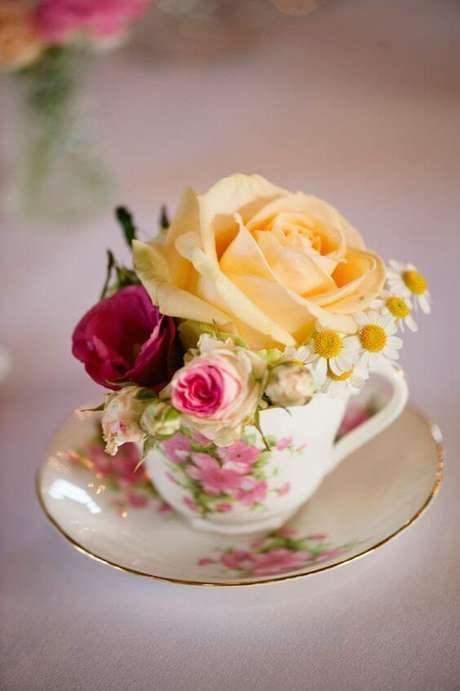 13. Decoração com mini rosa amarela e vermelha – Via: The Social Kitchen