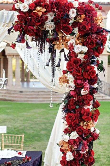 17. A rosa vermelha é perfeita para decorar festas – Via: Pinterest