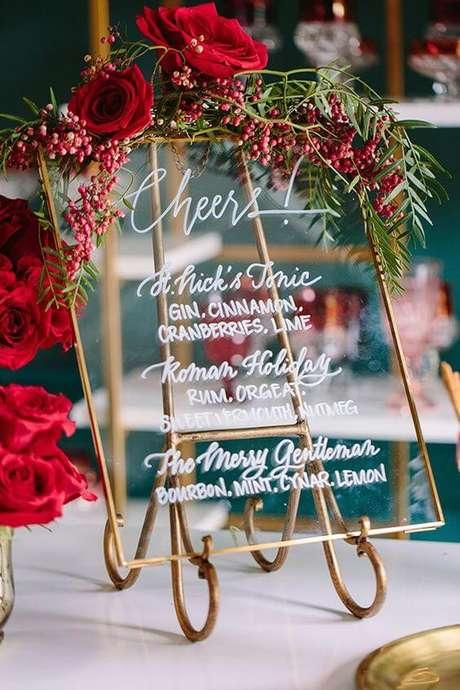 18. Placa decorativa com rosas vermelhas – Via: Pinterest
